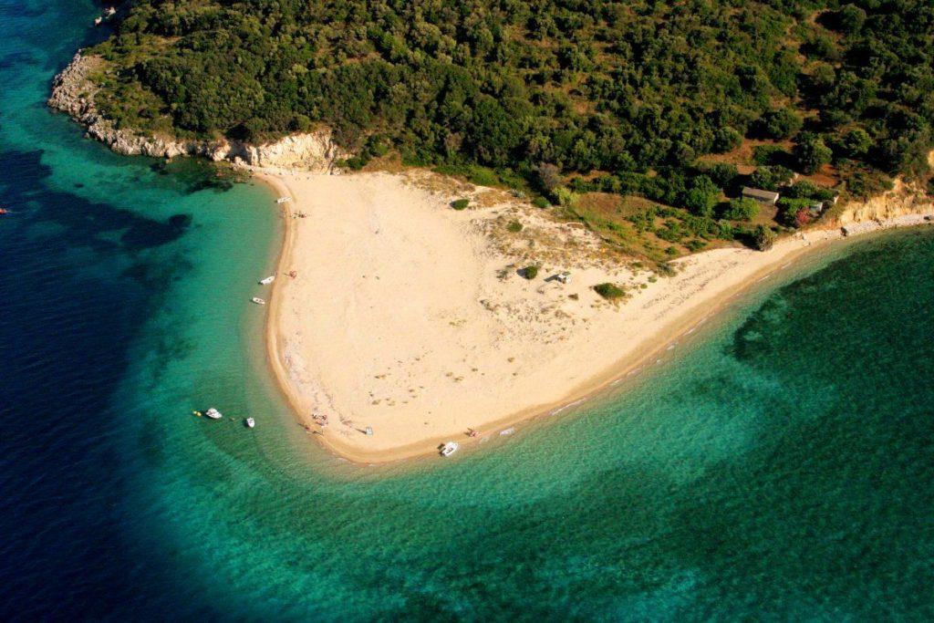 Navigand pe marea Ionica, intr-o excursie in Zakynthos de neuitat, descoperiti cele mai frumoase si fermecatoare locuri ale insulei Zakynthos.