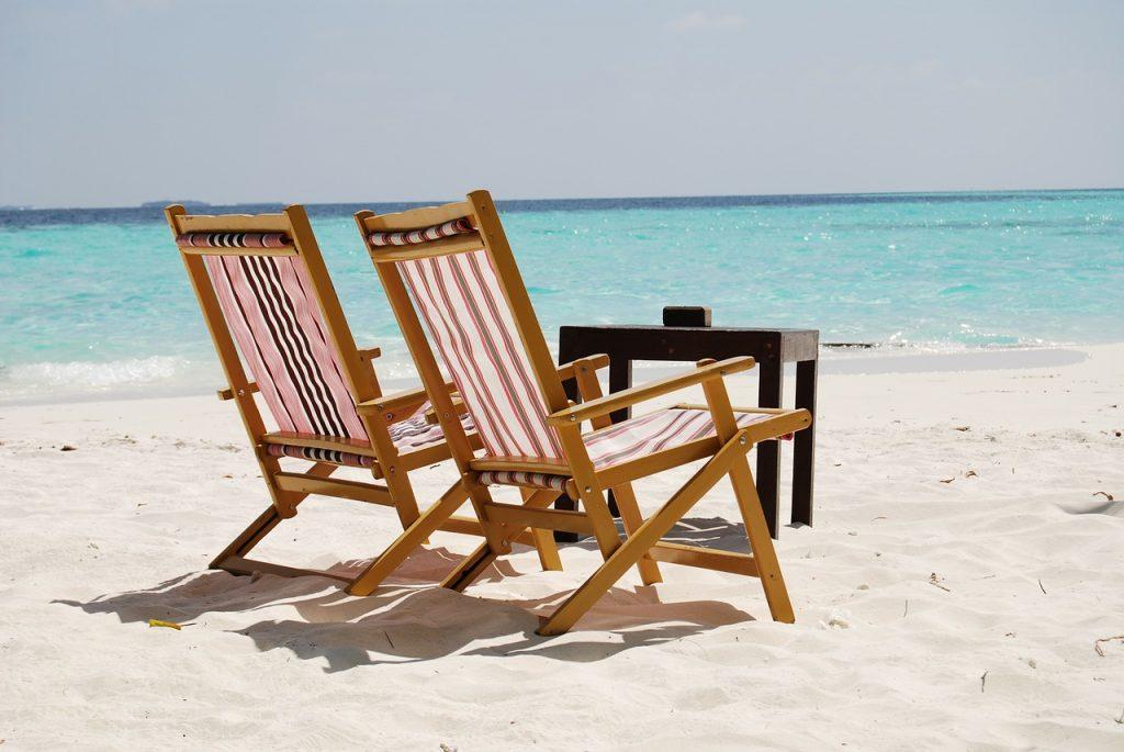 Maldive - sezlonguri pe plaja