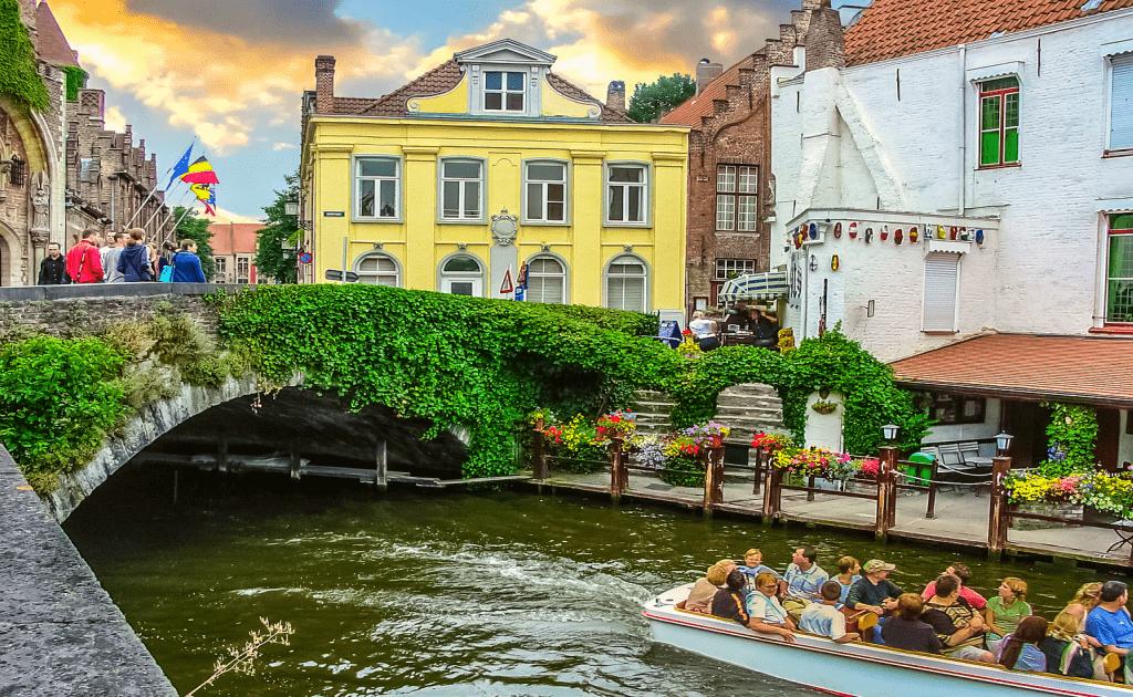 Obiective turistice Bruges - plimbare cu barca pe unul dintre canale