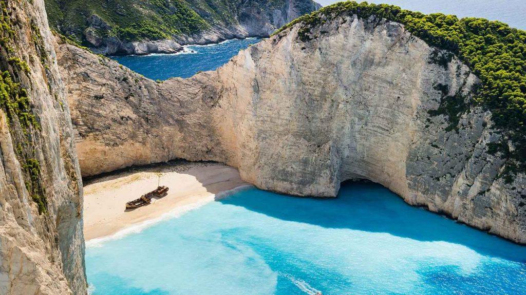 plaja Navagio este considerata printre primele zece plaje naturale, cele mai frumoase ale Greciei.